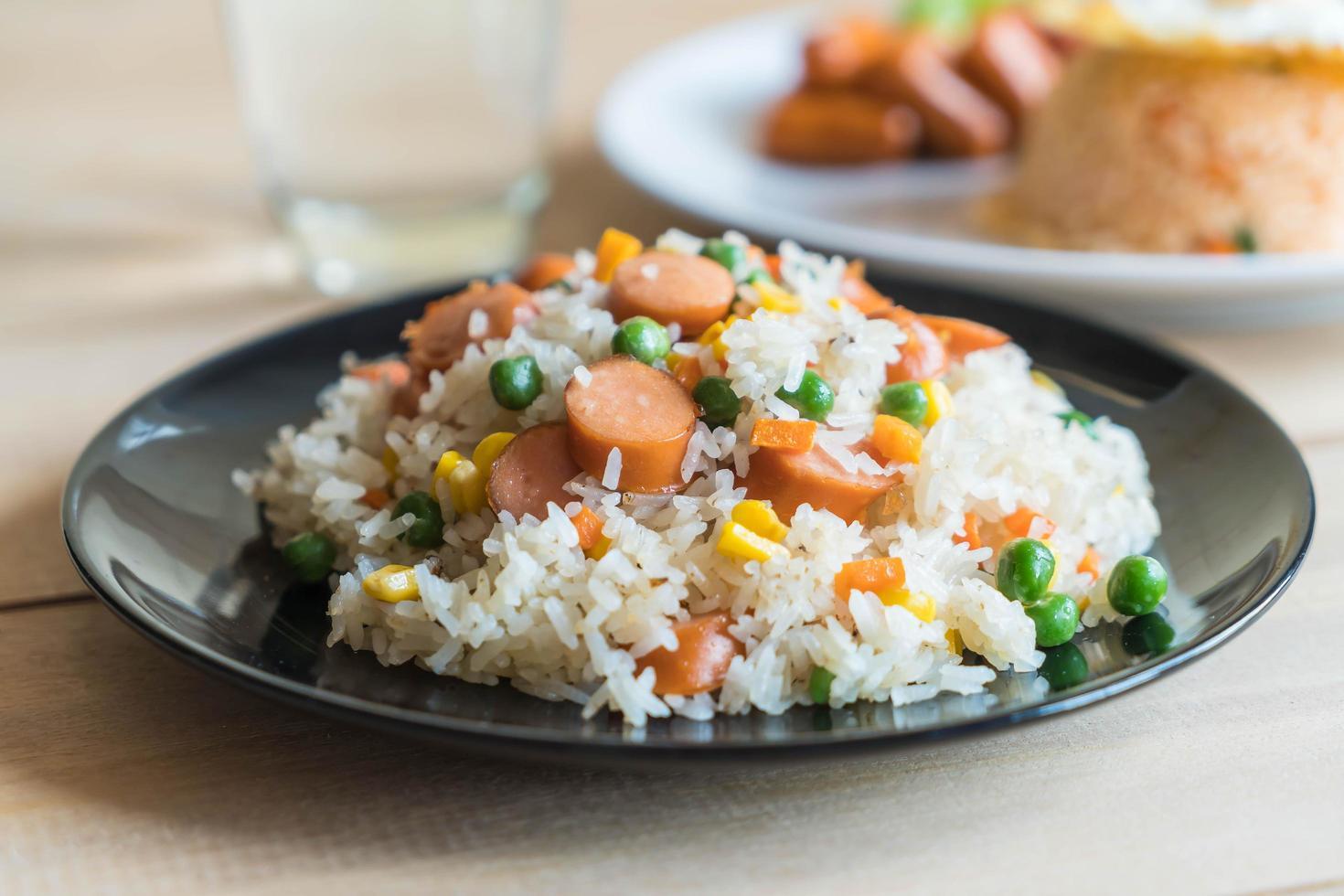 gebakken rijst met worst foto