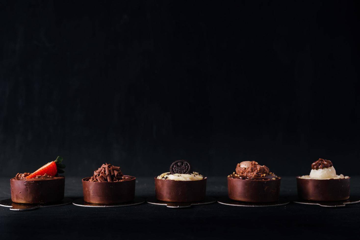 chocoladedesserts op een donkere achtergrond foto