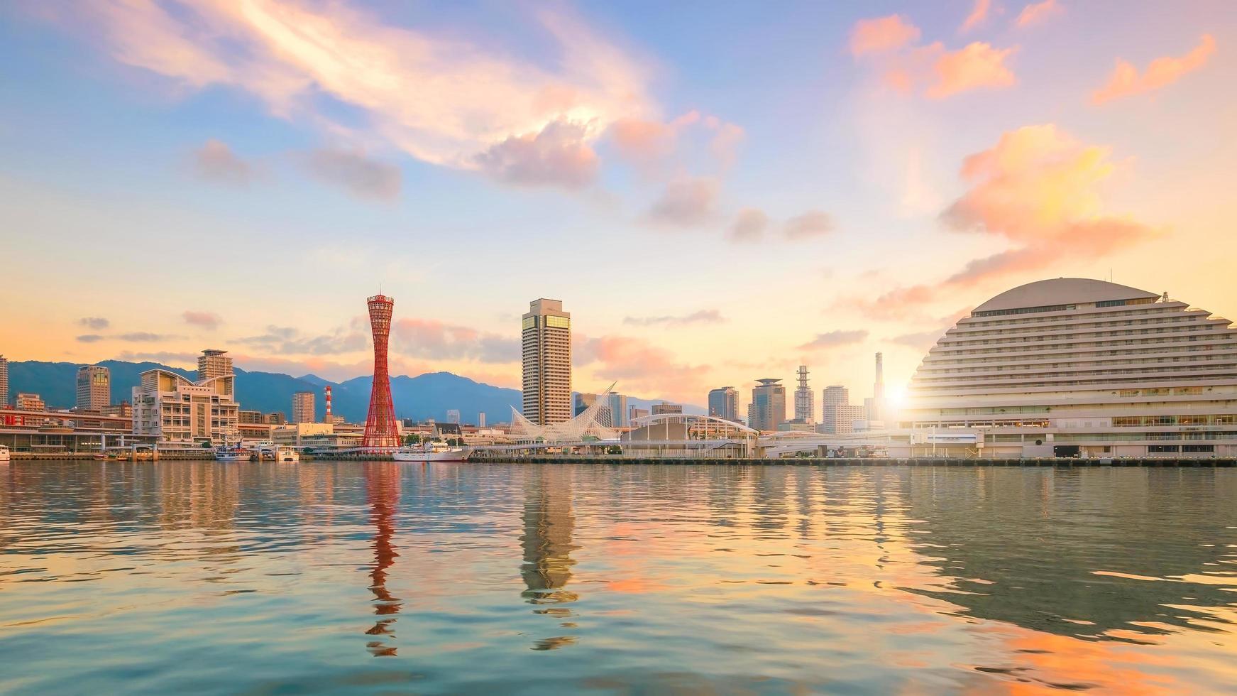 skyline en haven van kobe in japan foto