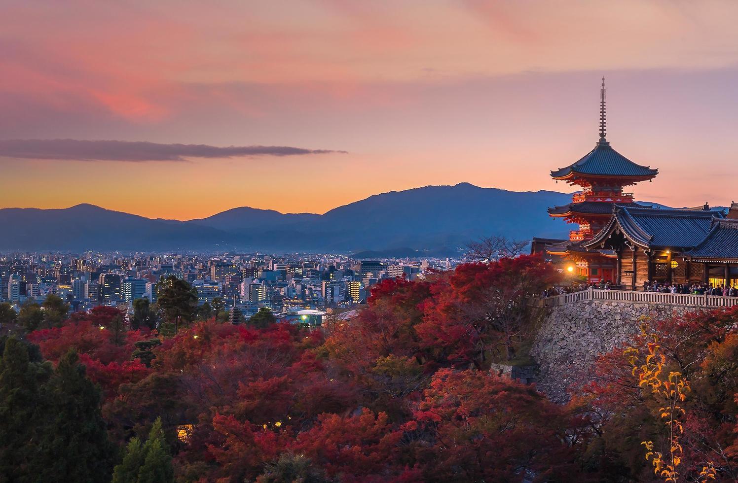 herfstkleur van de skyline van Kyoto foto