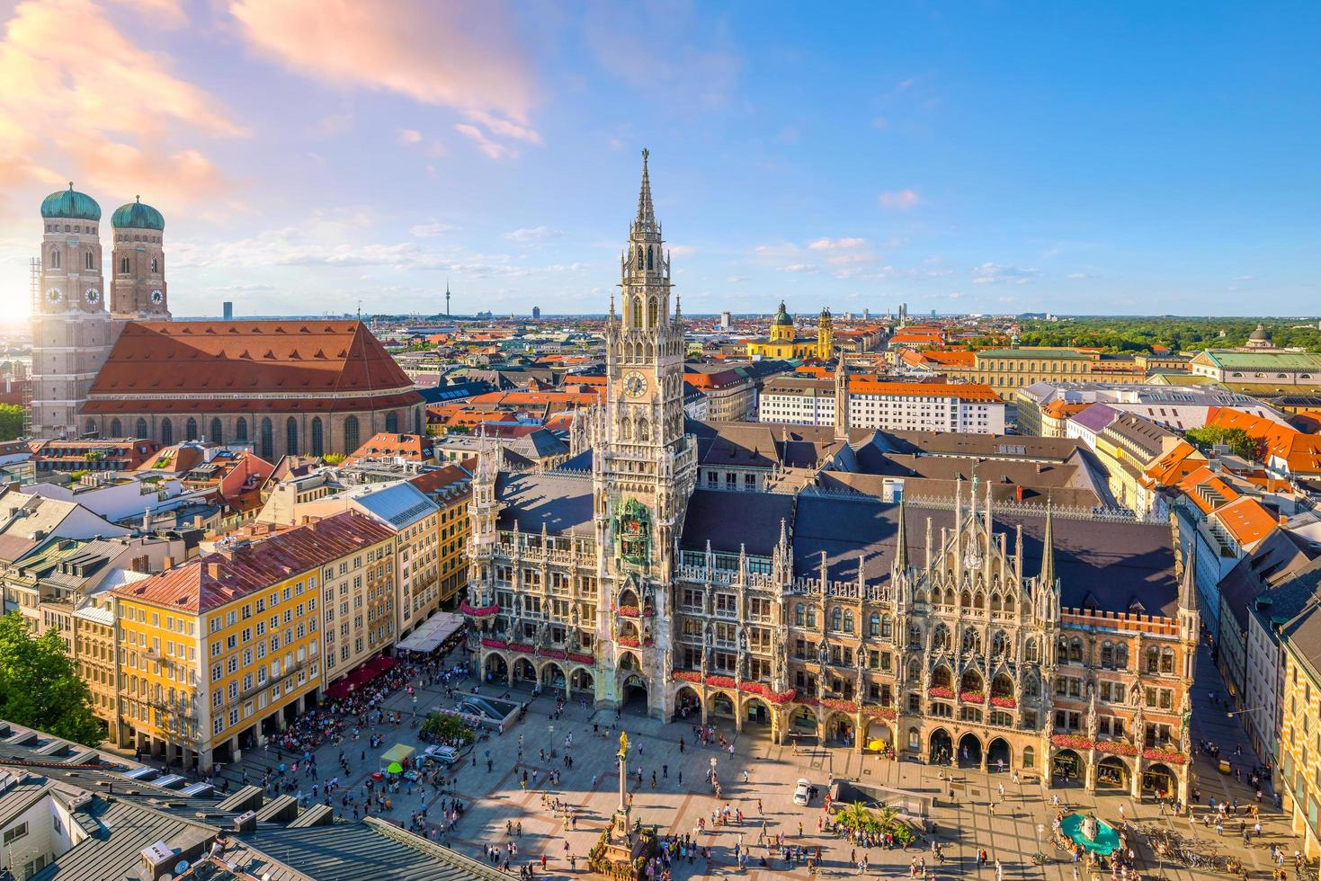 de skyline van München met het stadhuis van Marienplatz. foto