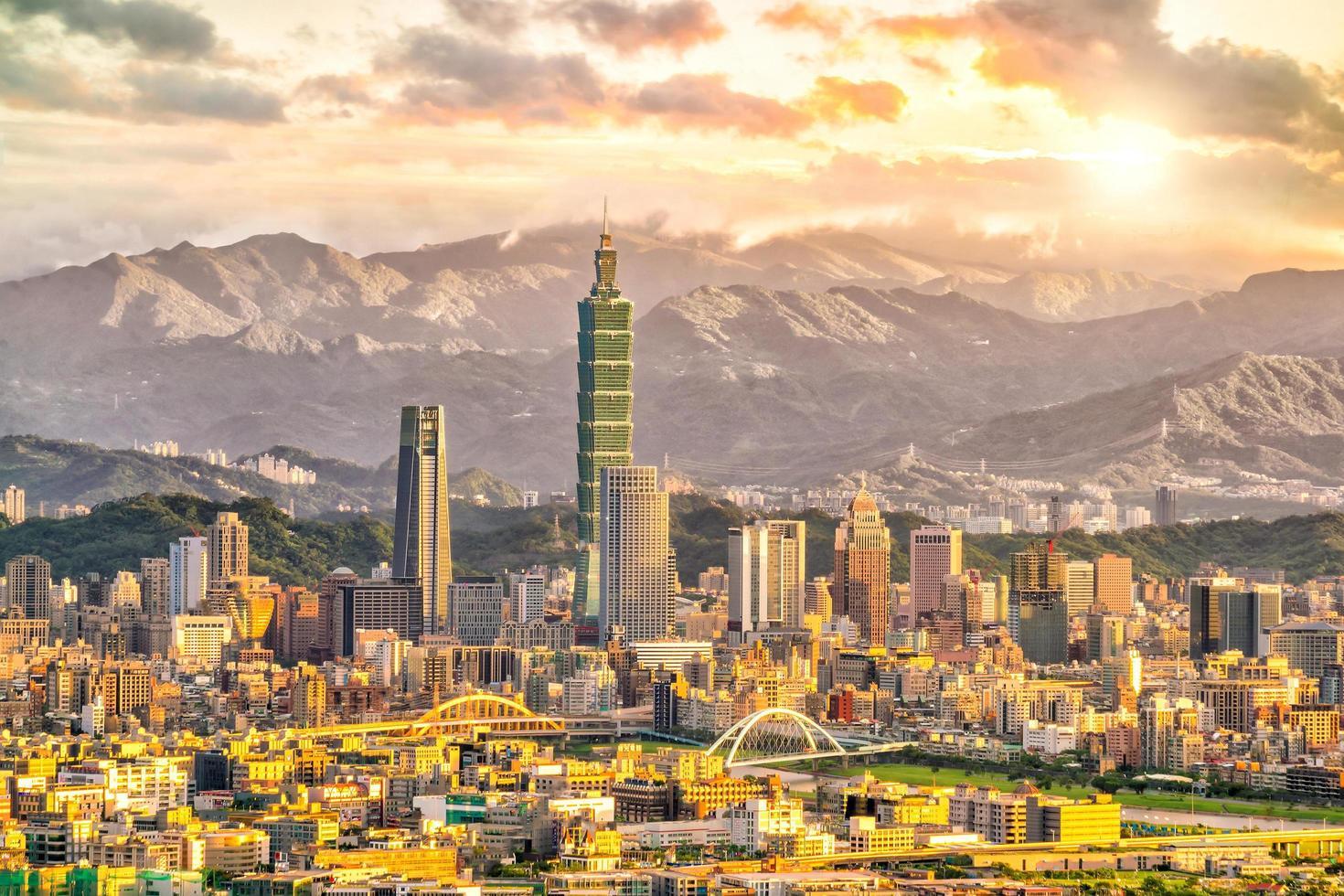 skyline van de stad van taipei foto