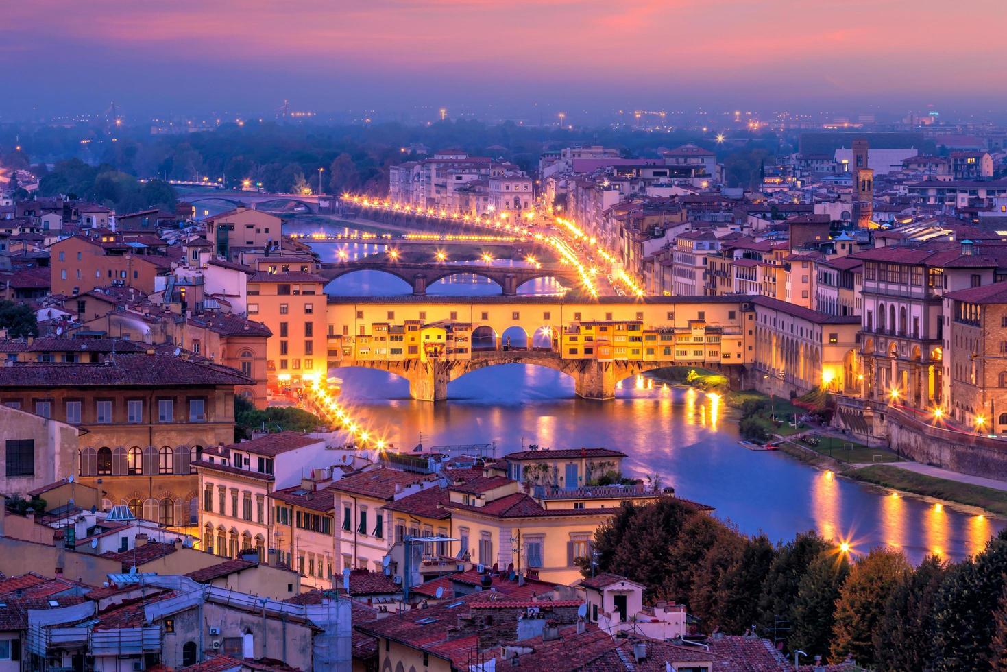 ponte vecchio over de rivier de arno in florence, italië. foto
