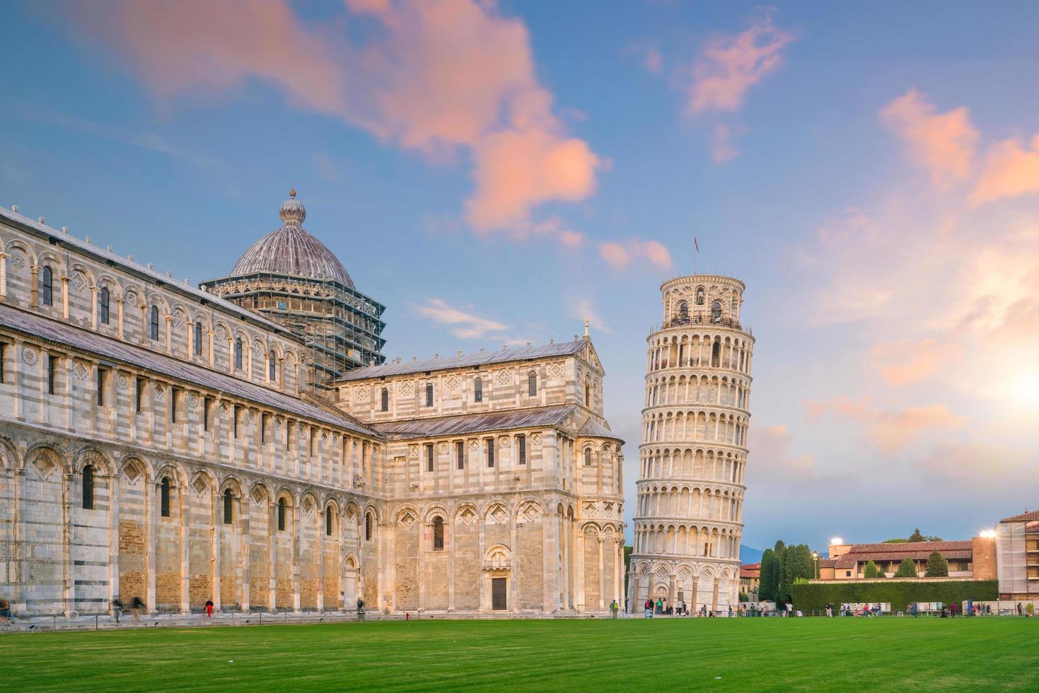 kathedraal van pisa en de scheve toren in pisa. foto
