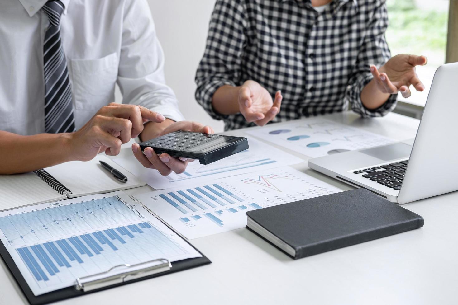 close-up van accountants op het werk foto