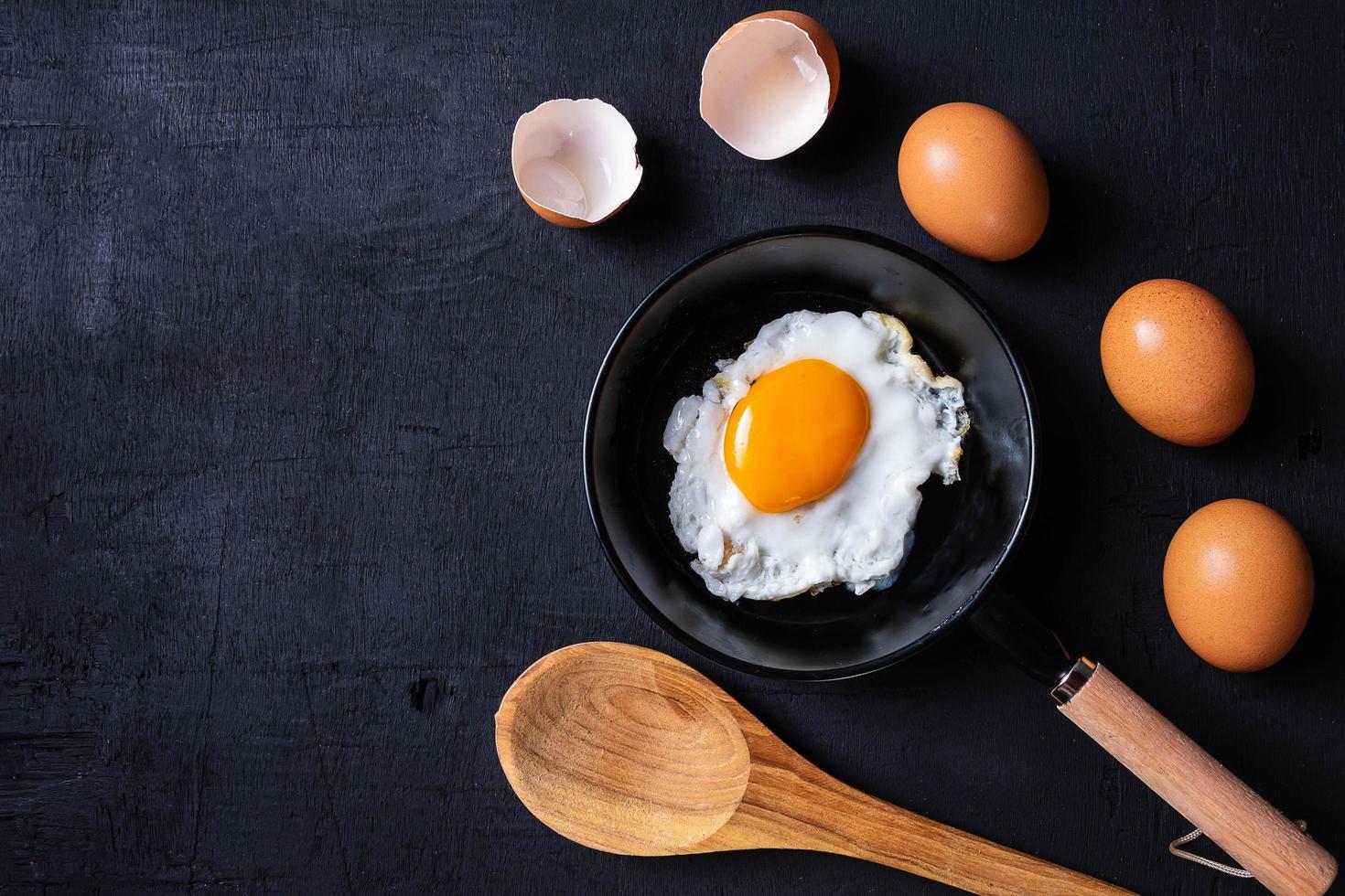 gebakken eieren in een koekenpan foto