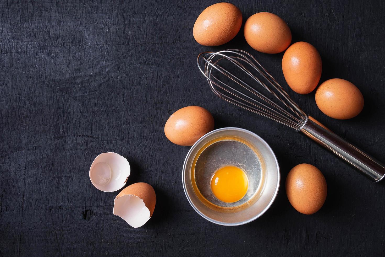 dooiers en eiproteïne in een kom foto