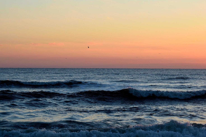 zonsopgang bij de oceaan foto