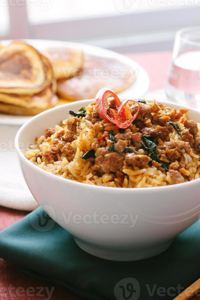 roergebakken basilicumvarkensvlees met gebakken rijst foto