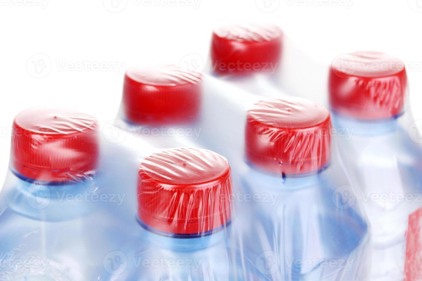 plastic flessen water geïsoleerd op wit foto
