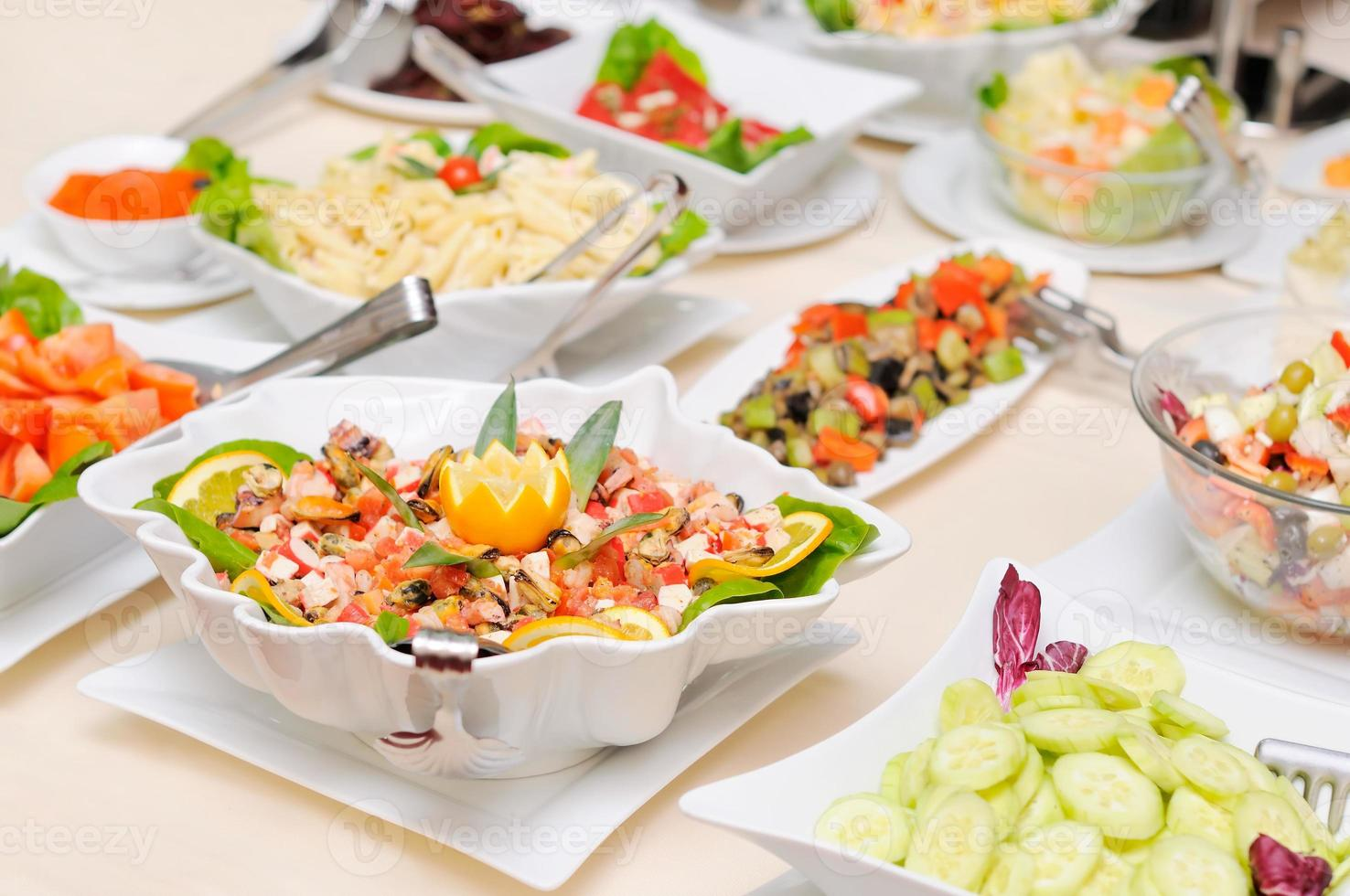 diversiteit aan salades op tafel foto