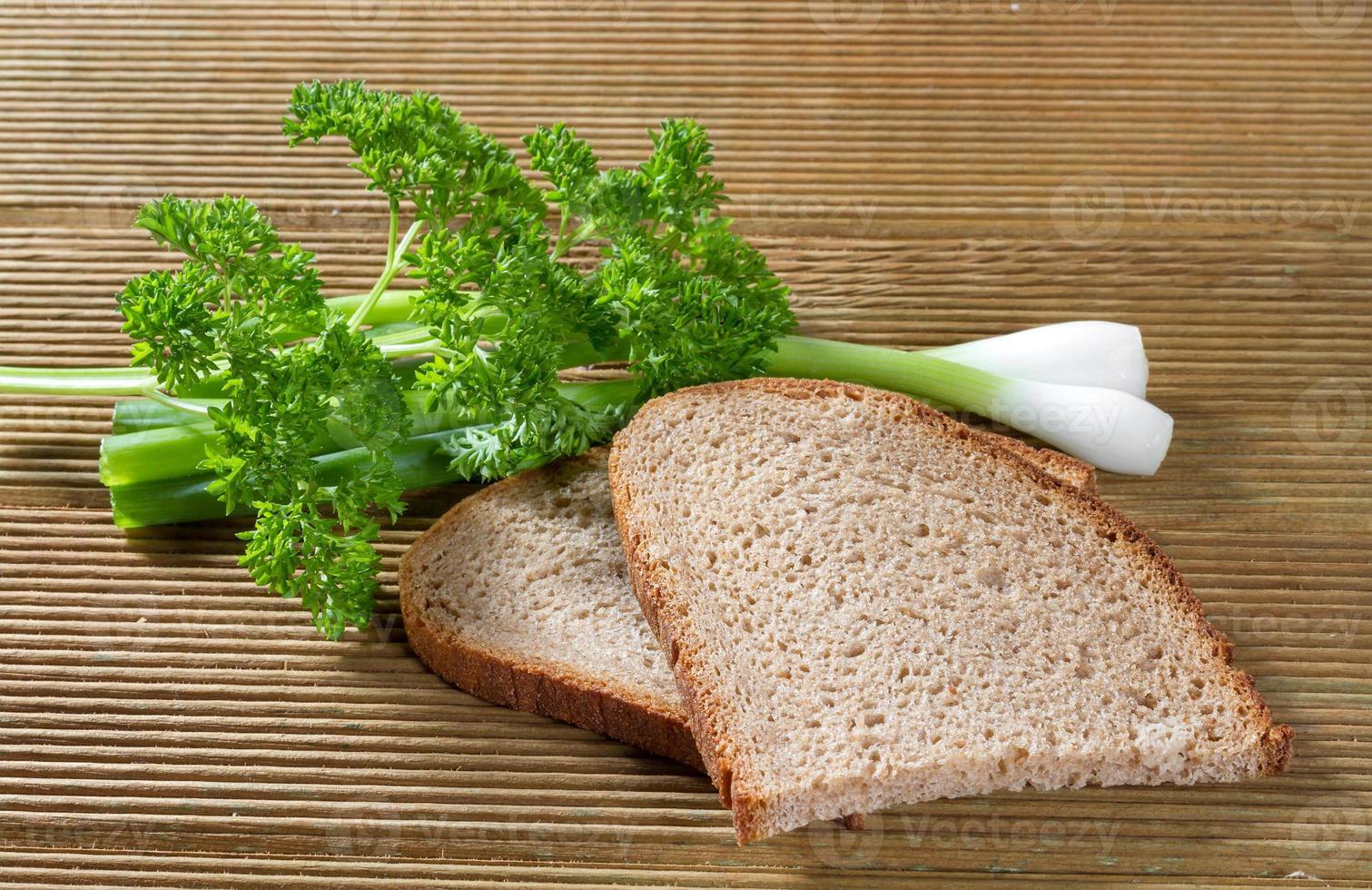 zwart brood met groene uien foto