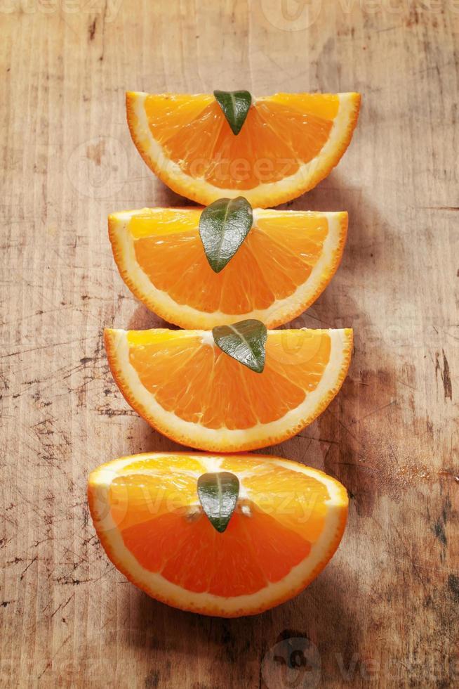 sinaasappel op een houten bord foto