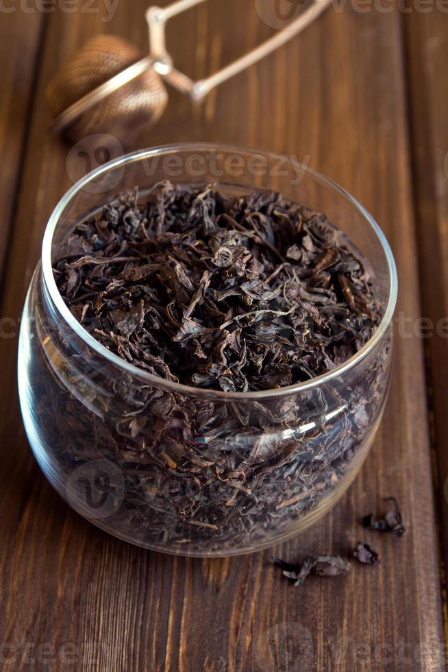 zwarte gedroogde theebladeren foto