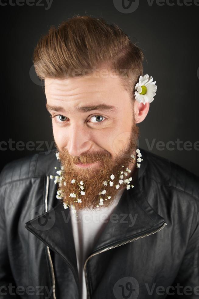 man met witte bloemen in zijn baard foto