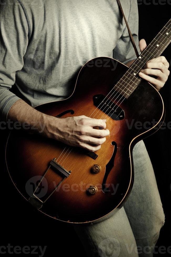 rock 'n' roll gitaar op zwarte achtergrond foto