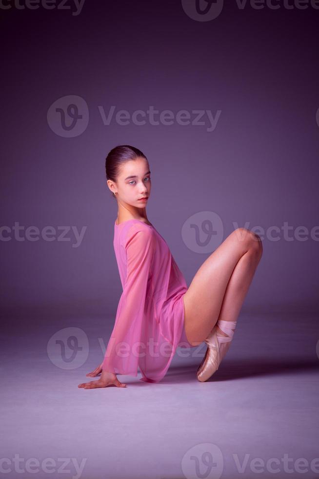 jonge ballerinadanseres die haar technieken toont foto