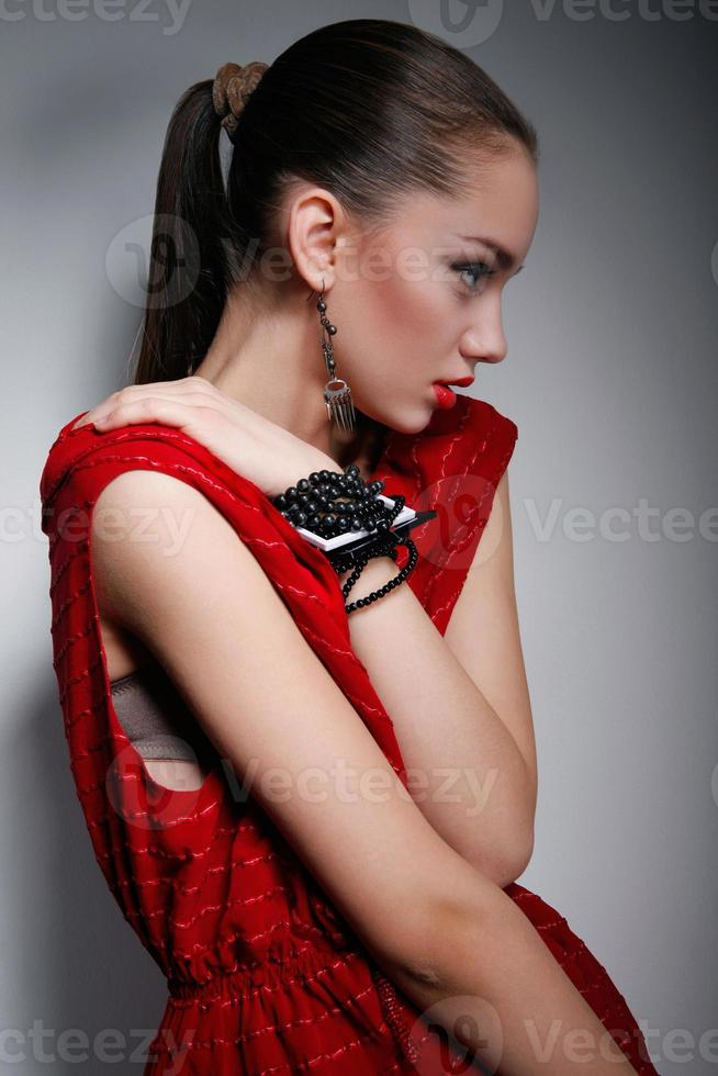 mooie vrouw in rode jurk foto