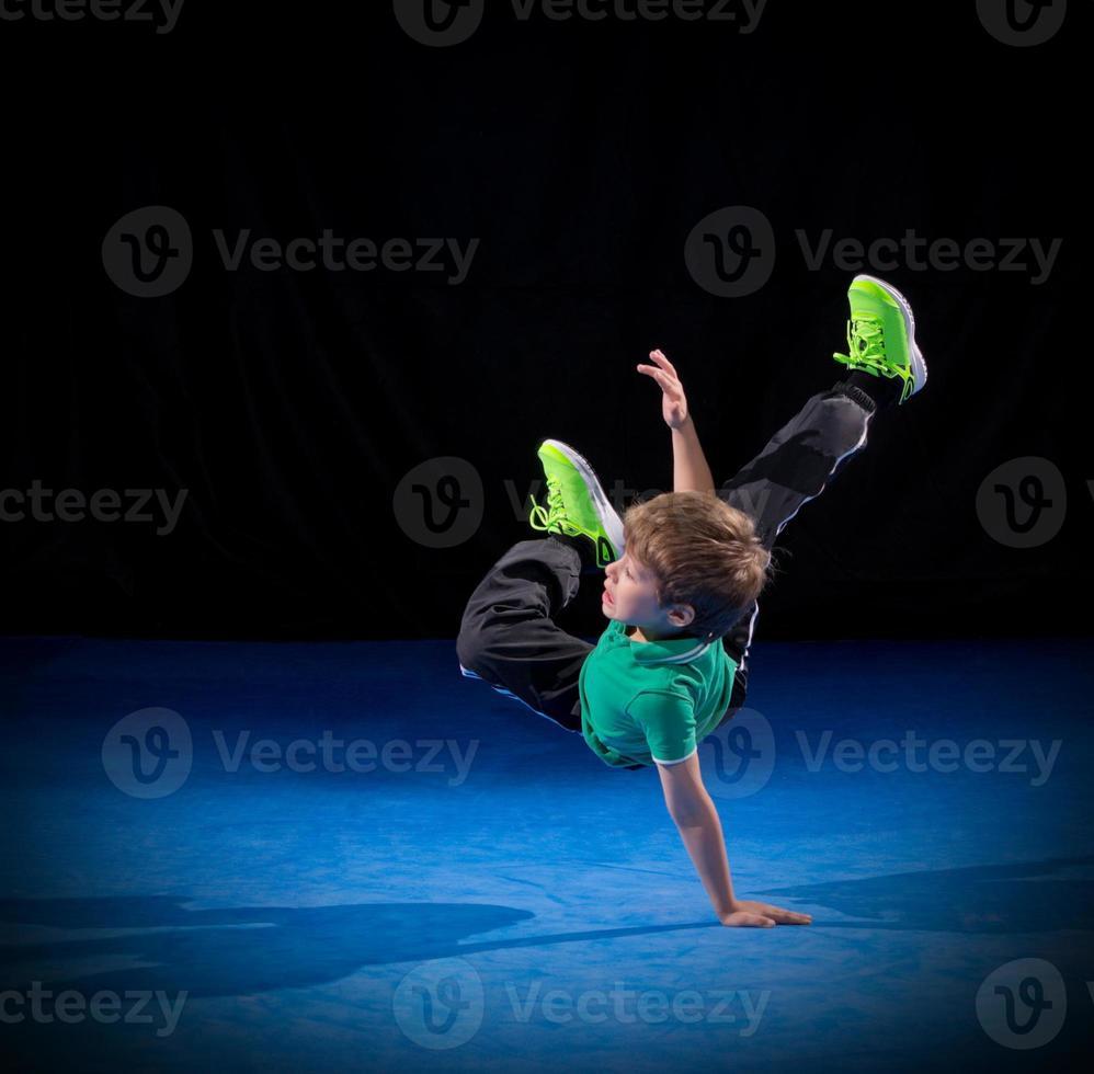 kleine jongen pauze danser foto