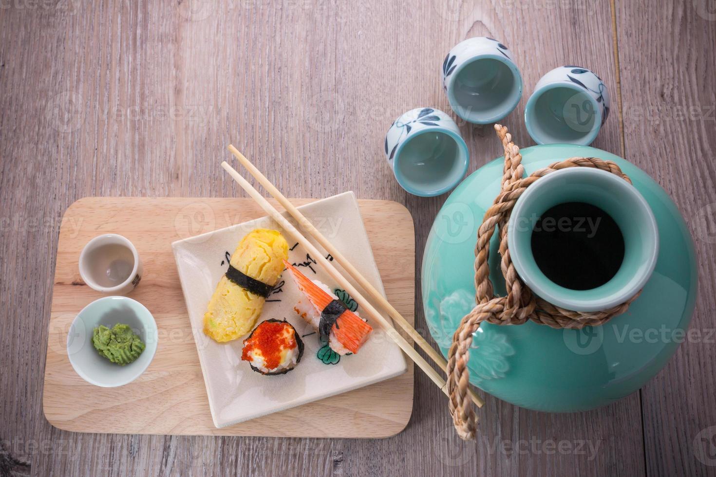 Japanse sushi en sake set foto