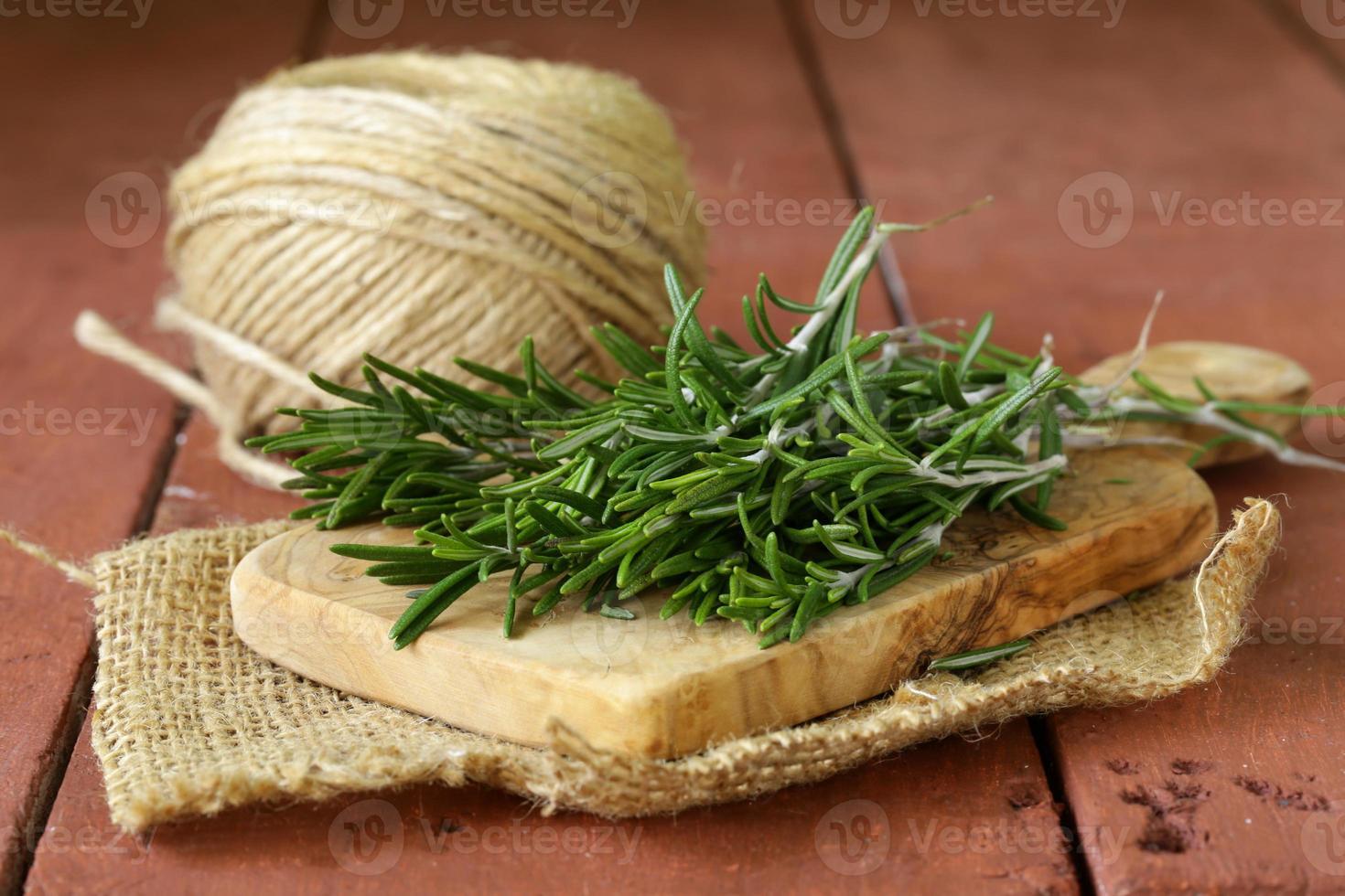 verse groene rozemarijn op een houten snijplank foto