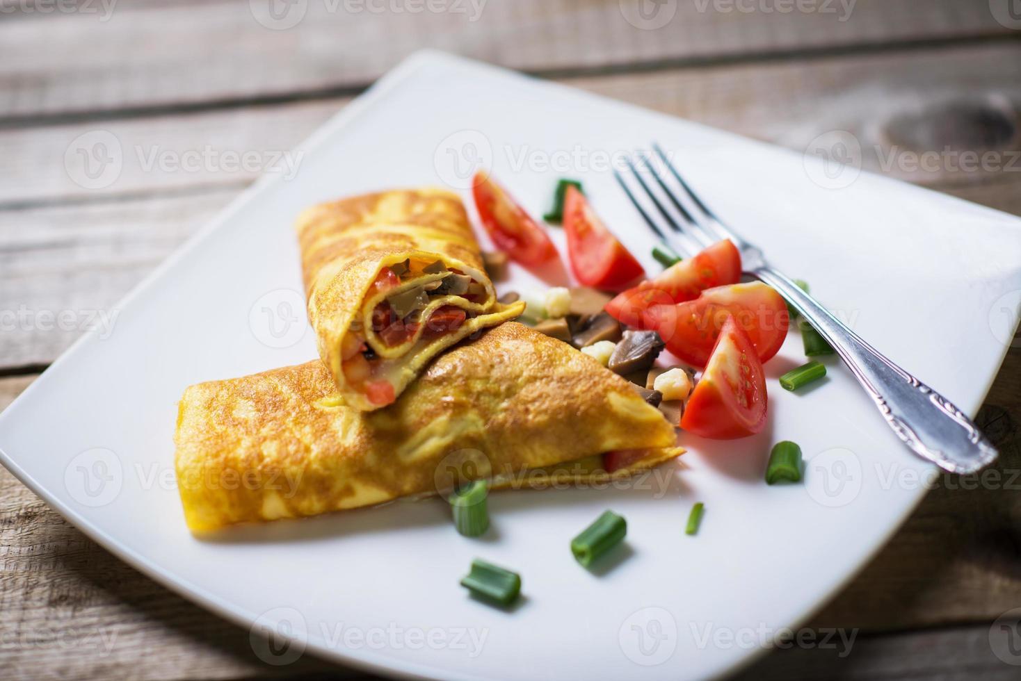 heerlijke zelfgemaakte omelet met verse groenten foto