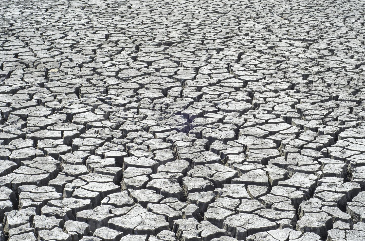 gebarsten oppervlak van woestijn als achtergrond foto