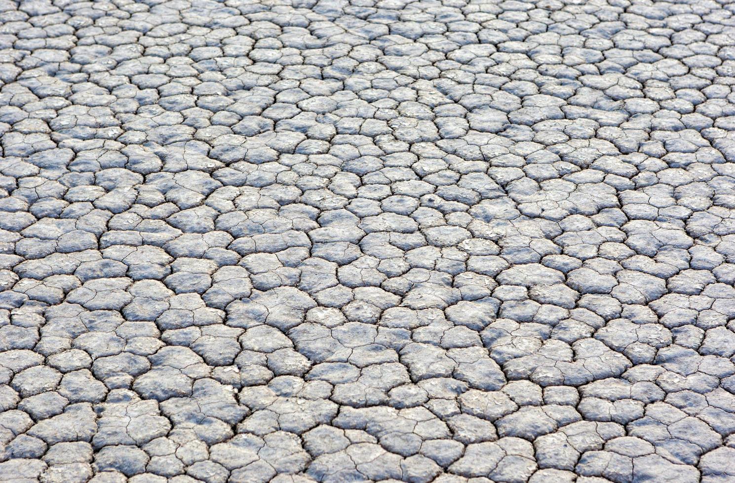 droge en gebarsten moddergrond in racebaan playa in death valley foto