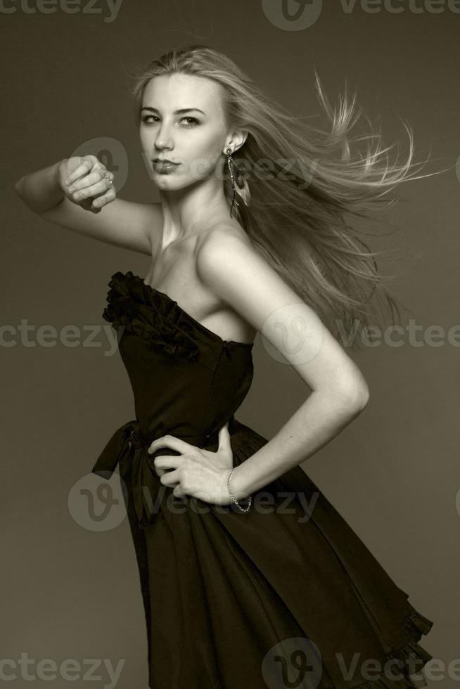 portret van blonde vrouw in zwarte jurk foto