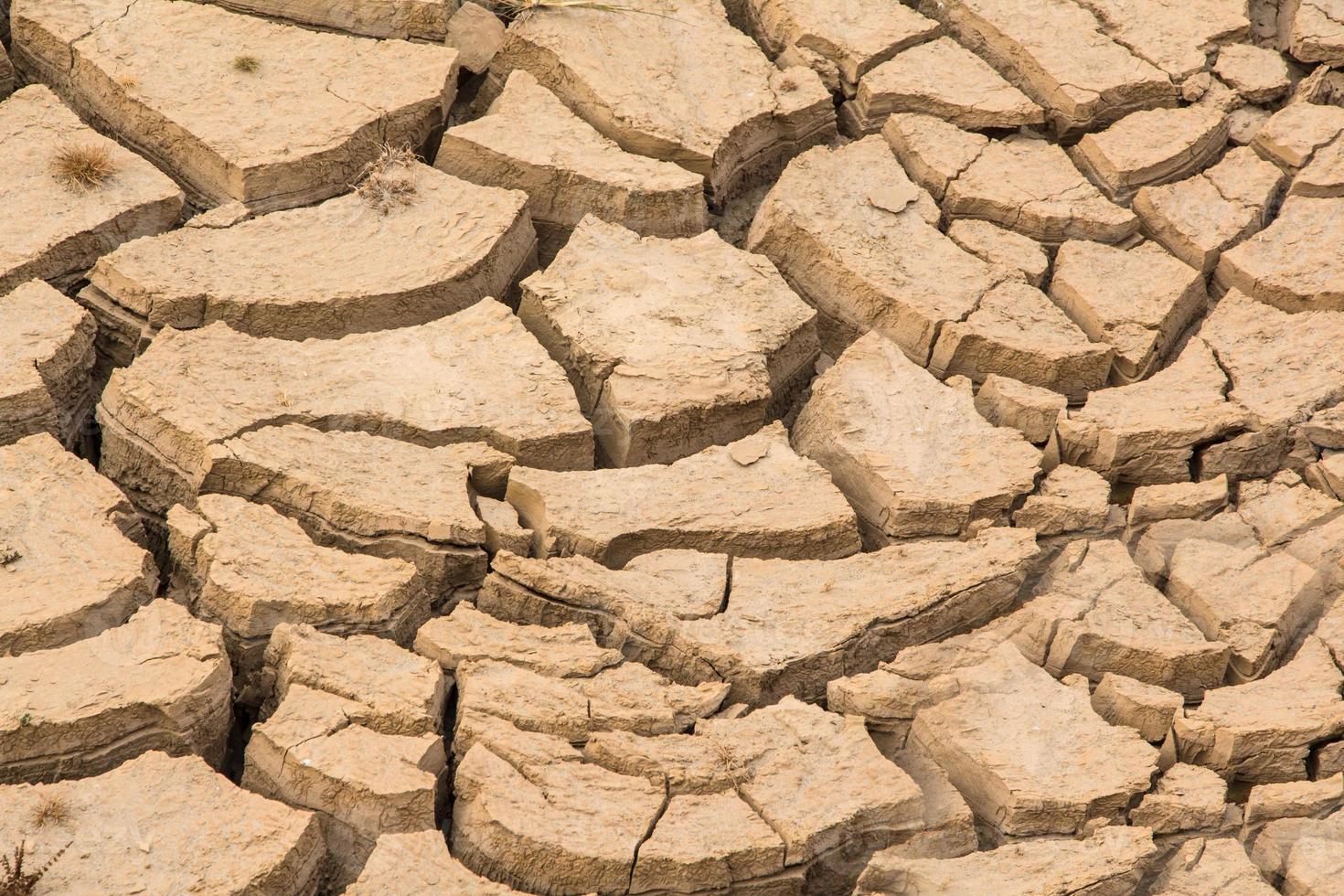 textuur van droge en gebarsten aardeachtergrond foto