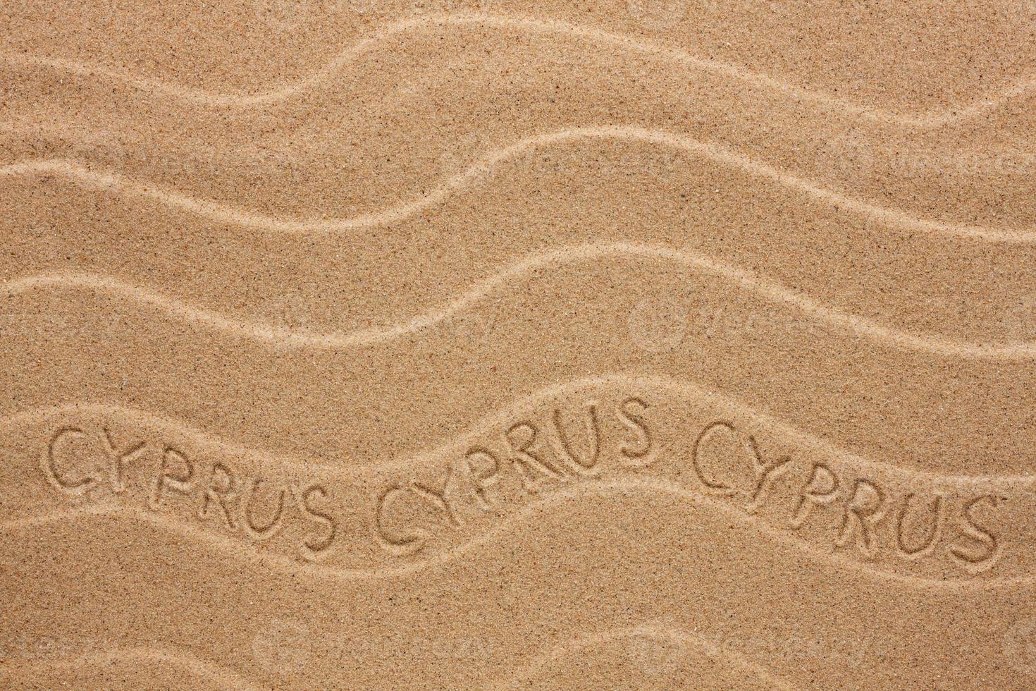 cyprus inscriptie op het golvende zand foto