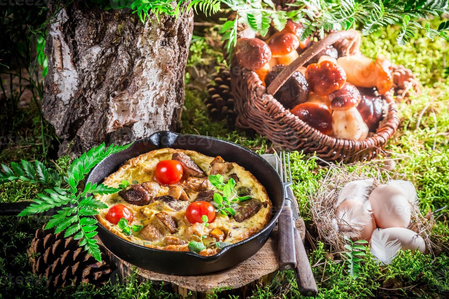 smakelijke gebakken eieren op mos in het bos foto