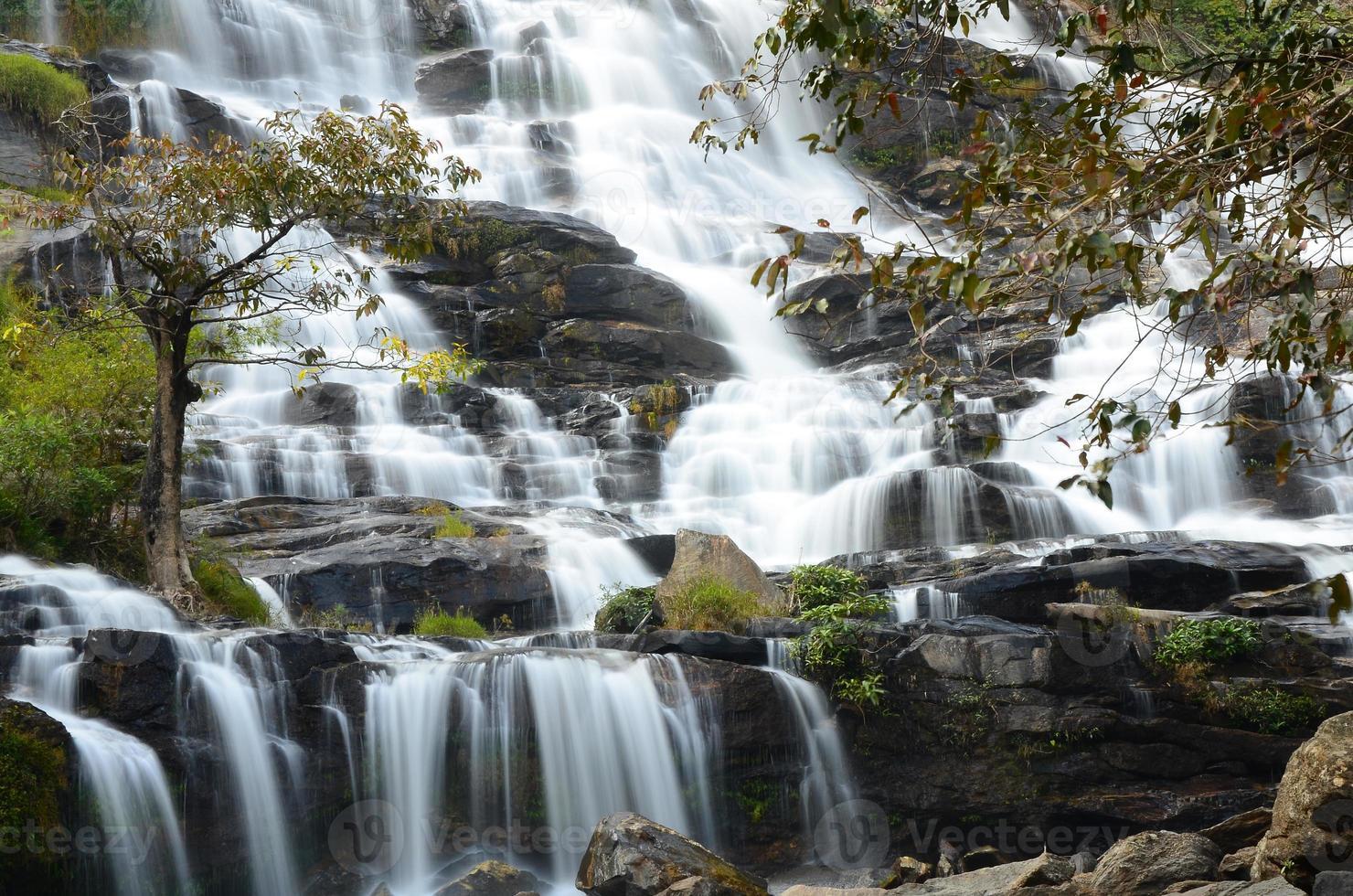 watervallen in herfstbossen foto