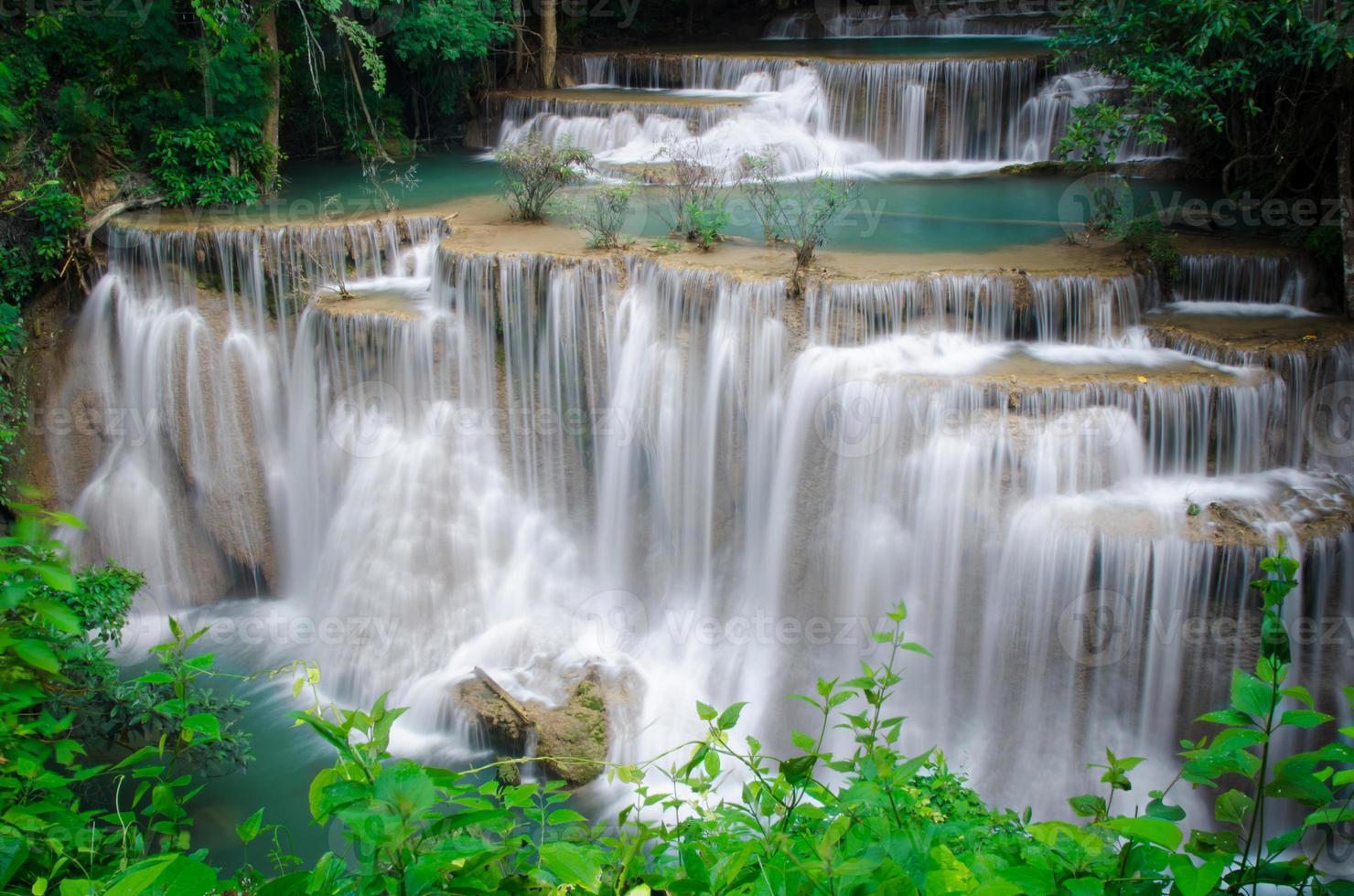 diepe boswaterval, huay mae khamin, kanchanaburi, thailand foto
