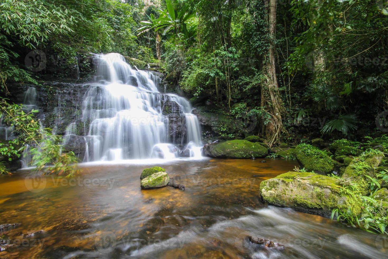 mun daeng waterval, phu hin rong kla nationaal park, thailand foto