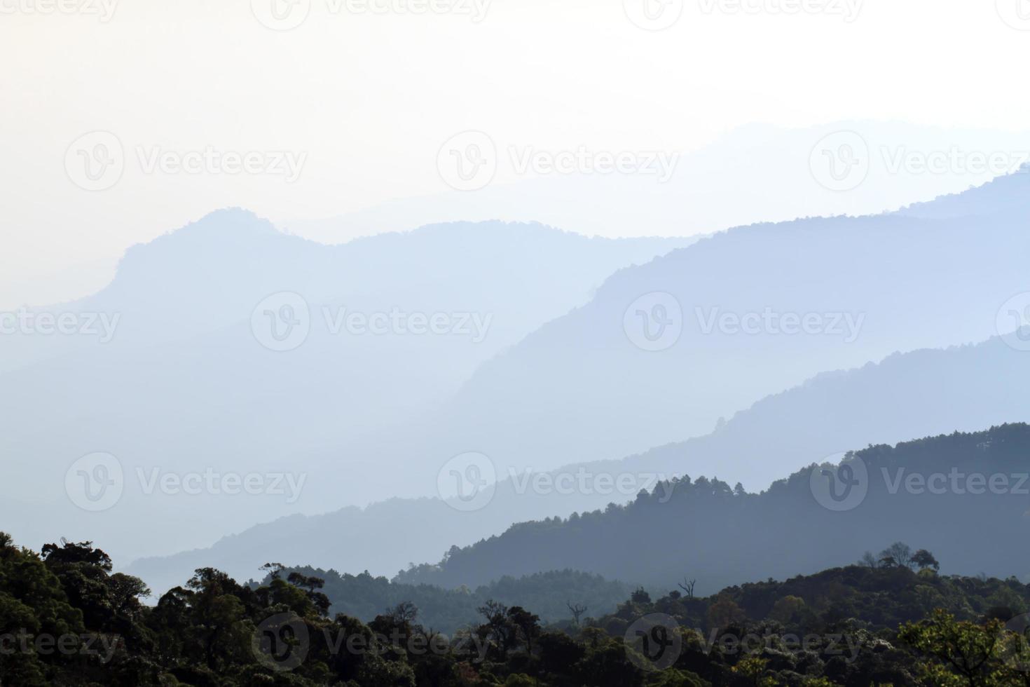ochtendmist bij tropische bergketen, thailand foto