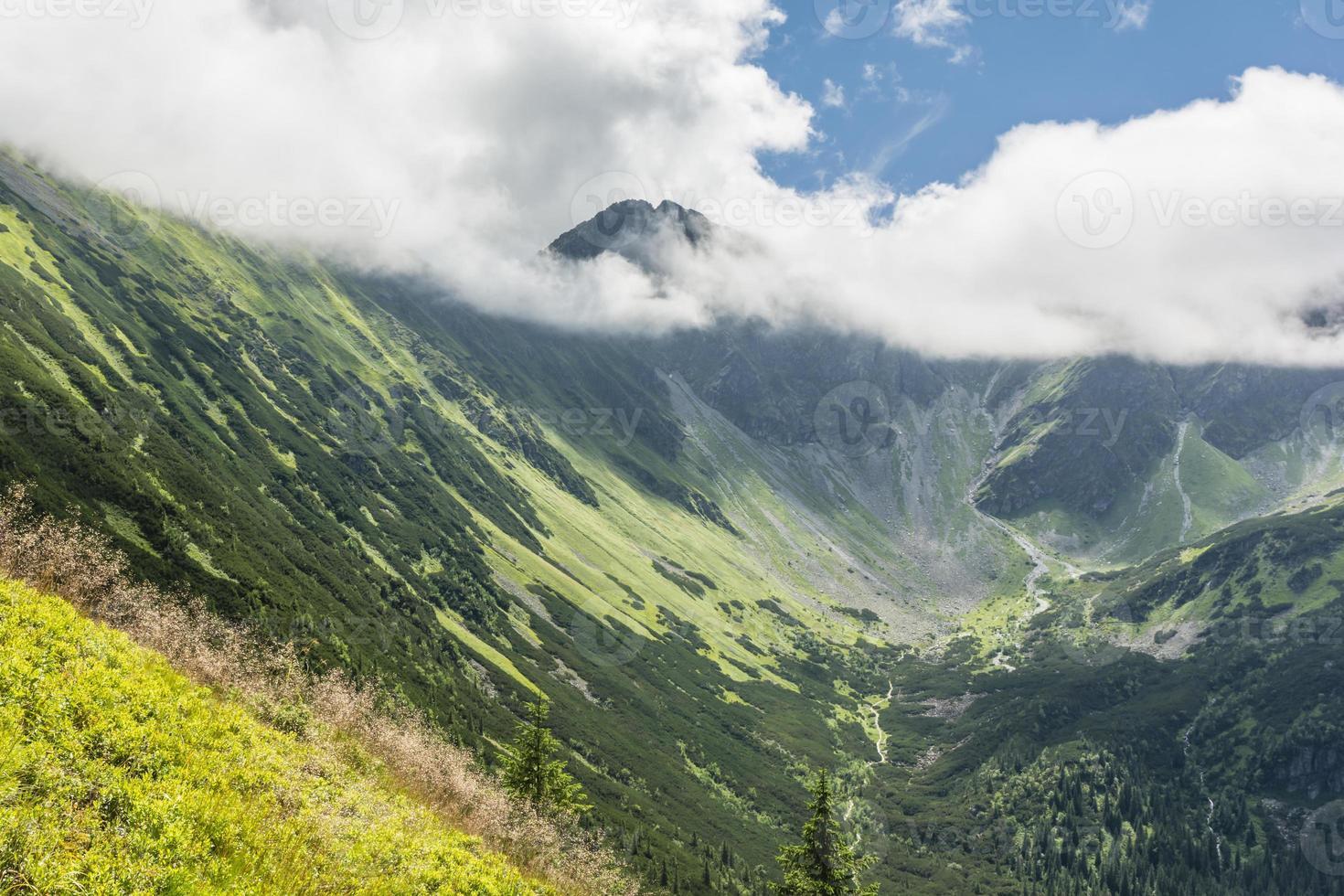 vallei en pieken in de wolken foto