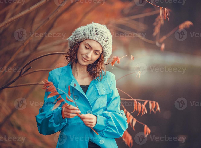 meisje in herfst park foto
