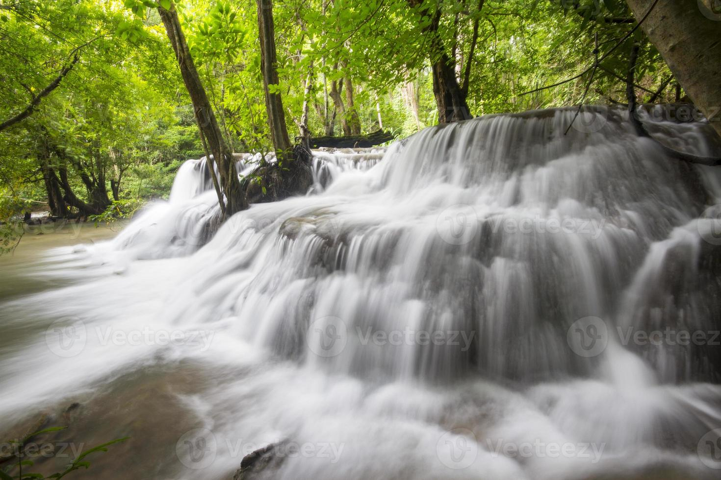 blauwe stroom waterval in kanjanaburi thailand (huaymaekamin waterval) foto
