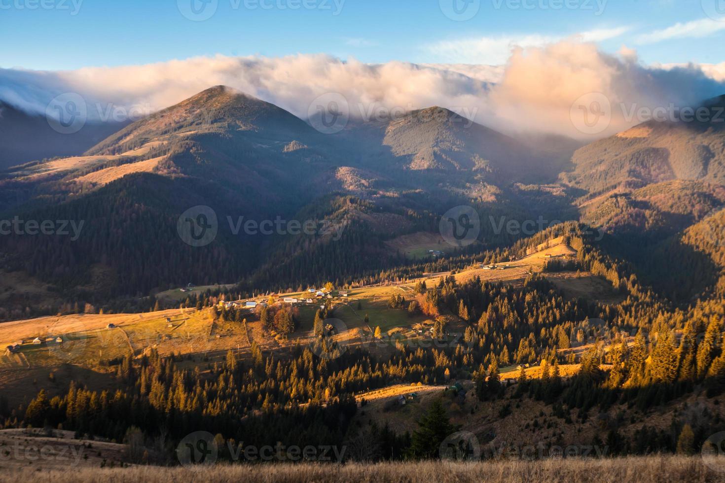 stormachtig weer in de bergen foto