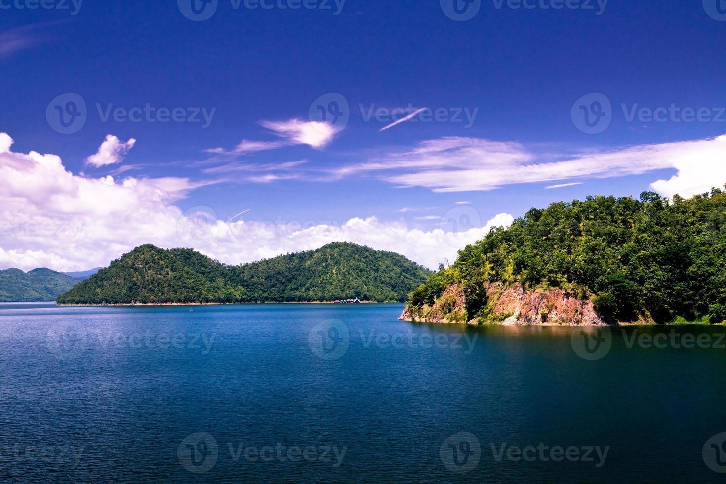 water in de dam met blauwe lucht foto