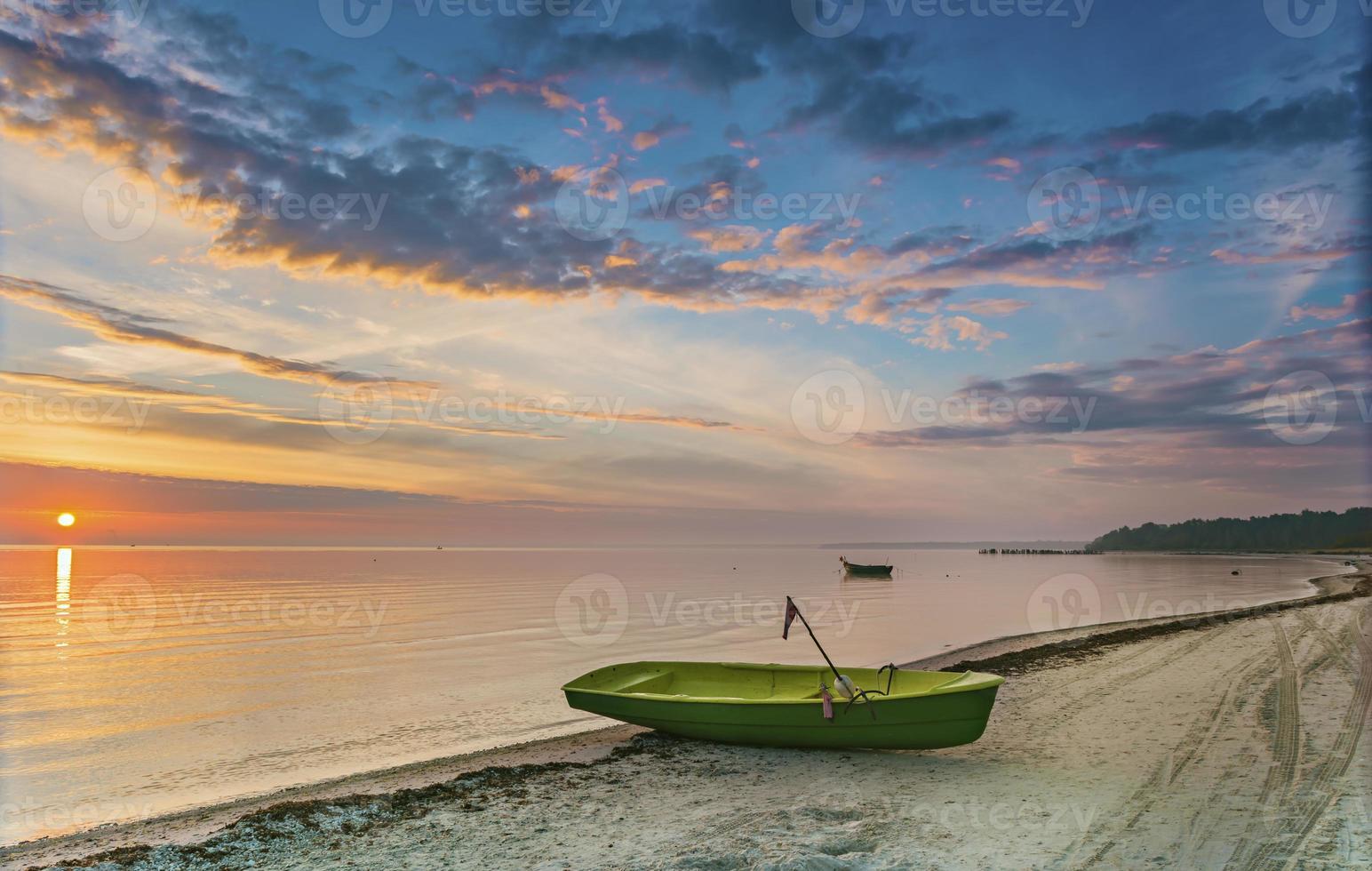ochtendzicht op vissersboot op de Oostzee, foto