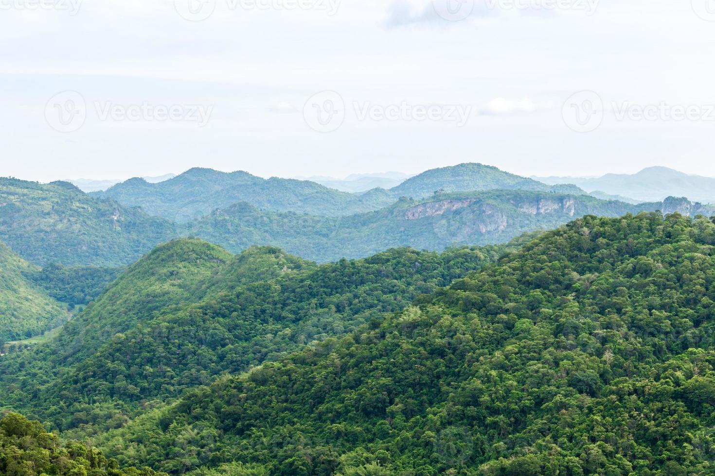 uitzicht op de berg met mist foto