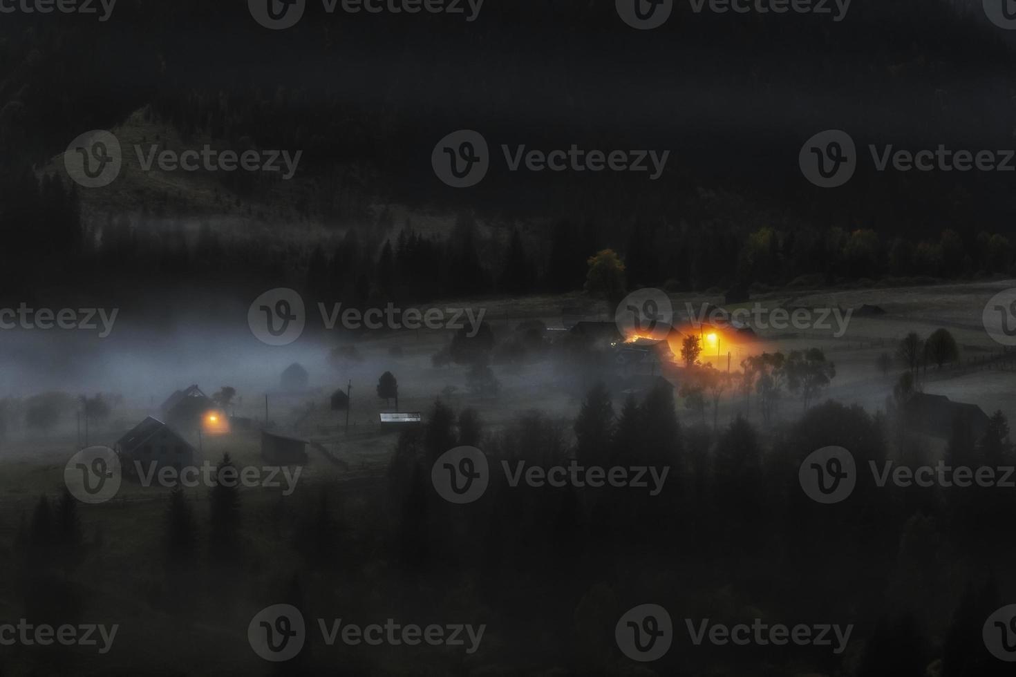 maanverlichte nacht in de bergen foto