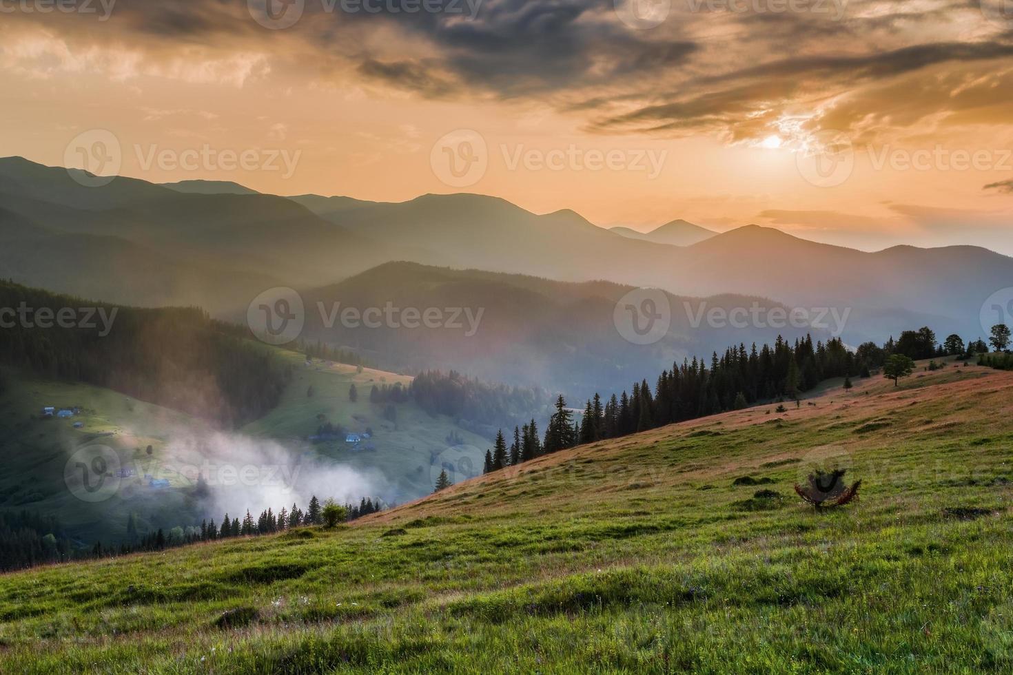 Karpatische bergen. bergdorp op de groene hellingen dzembronya foto