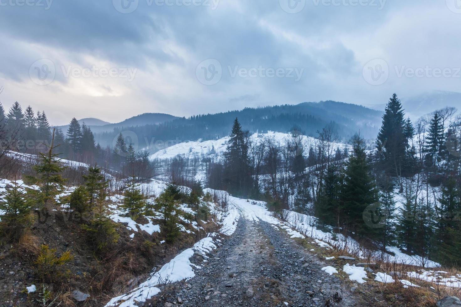 fantastisch winterlandschap. dramatische bewolkte hemel. foto