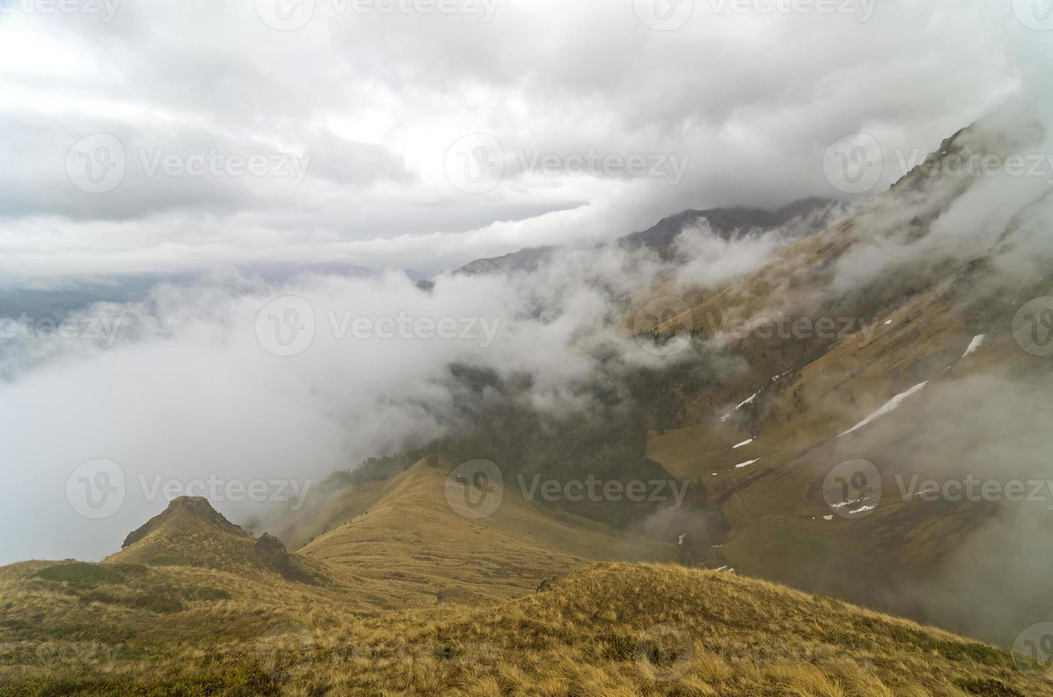 bergketen, bedekt door wolken. foto