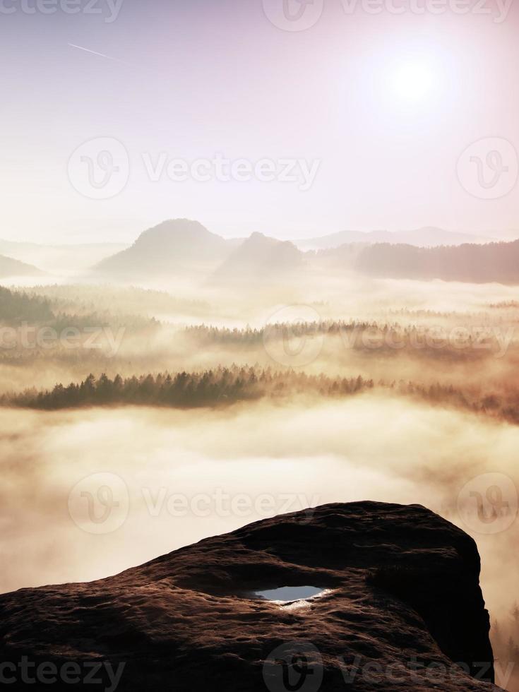fantastische zonsopgang op de top van de rotsachtige berg foto