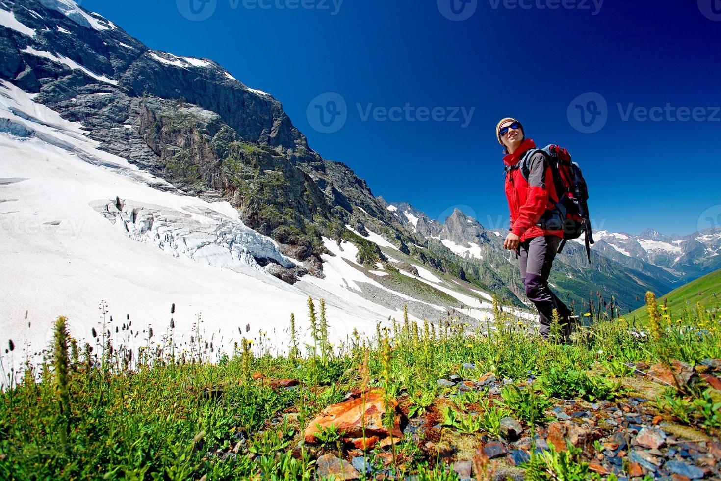 wandelaar in de bergen van de Kaukasus foto