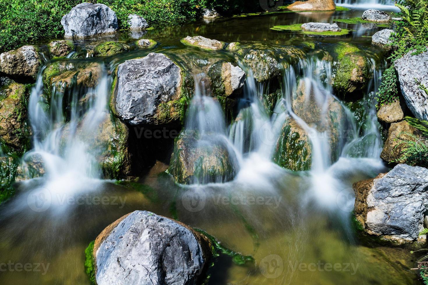 bergkreek met waterval foto